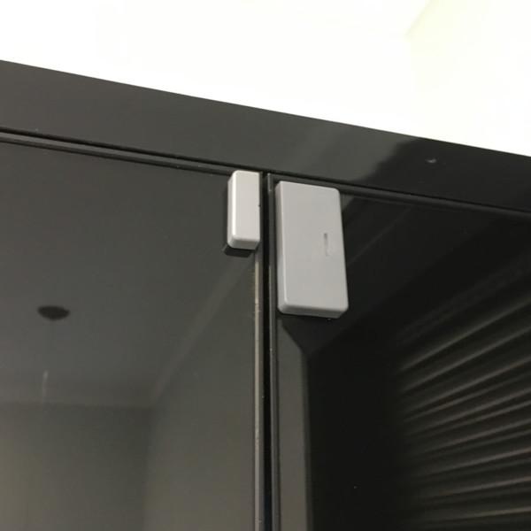 Sensor de abertura cinza em porta de vidro