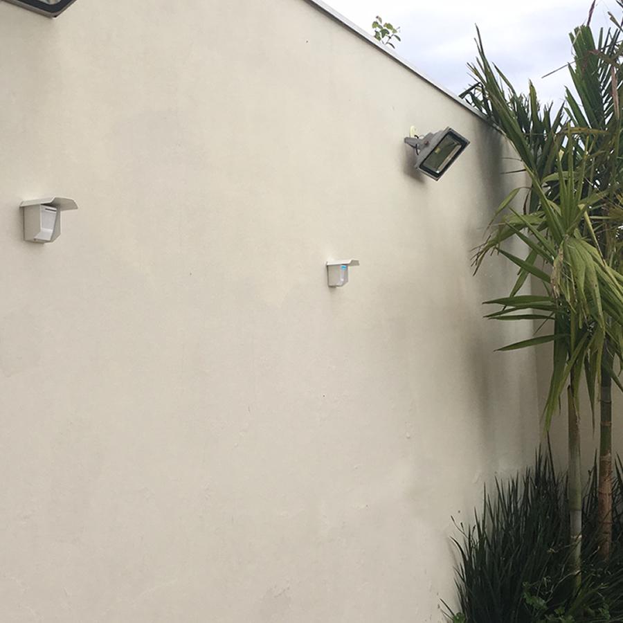 dois sensores externos fixados na parede paralelos